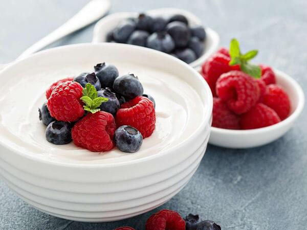 Sữa chua với quả mọng đồ ăn vặt cho người tiểu đường