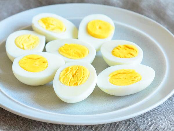 Trứng luộc kĩ đồ ăn vặt cho người tiểu đường