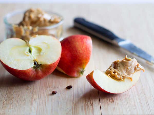 Món ăn vặt cho người mắc tiểu đường táo phết bơ lạc