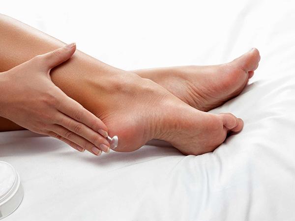 Tránh bỏng chân 1 trong các cách chăm sóc bàn chân cho người bệnh tiểu đường