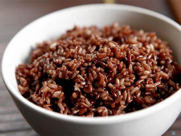 Nấu cơm là 1 trong các cách chế biến gạo lứt cho người tiểu đường