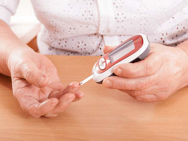 Kiểm tra đường huyết mỗi sáng để kiểm soát lượng đường trong máu