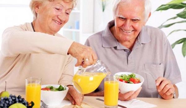 Liệu pháp ăn uống cho người cao tuổi là nền tảng của việc điều trị.