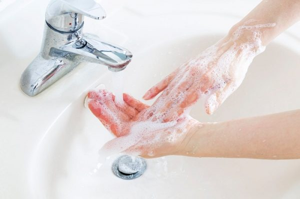 Rửa sạch chân tay hàng ngày